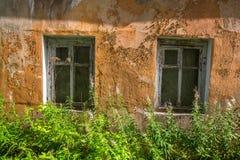 Εγκαταλειμμένα βιομηχανικά κτήρια στην περιοχή του Λένινγκραντ, της Ρωσίας αρχιτεκτονική Στοκ Φωτογραφία