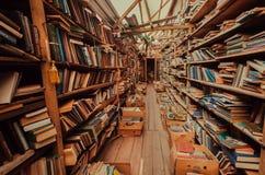 Εγκαταλειμμένα ράφια στην παλαιά αγορά με τα παλαιά περιοδικά και τα βιβλία στοκ εικόνες