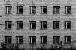 εγκαταλειμμένα σπασμένα Windows μπροστινής όψης οικοδόμησης Στοκ Εικόνες