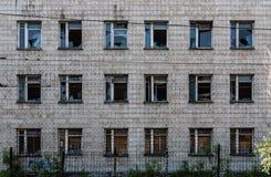 εγκαταλειμμένα σπασμένα Windows μπροστινής όψης οικοδόμησης Στοκ φωτογραφία με δικαίωμα ελεύθερης χρήσης