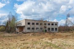 εγκαταλειμμένα στρατιωτικά κτήρια στην πόλη της Σκρούντα στη Λετονία στοκ εικόνα