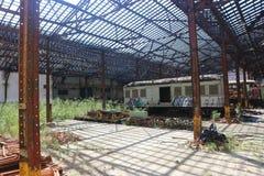 Εγκαταλειμμένα τραίνα στο παλαιό ναυπηγείο ραγών στοκ εικόνα με δικαίωμα ελεύθερης χρήσης