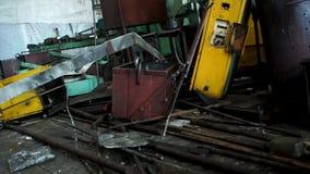 Εγκαταλειμμένες παλαιές, άχρηστες λεπτομέρειες των εργαλειομηχανών στο εργαστήριο, απόρριμα μετάλλων Πολλά διαφορετικά μέρη σπασμ στοκ φωτογραφία με δικαίωμα ελεύθερης χρήσης