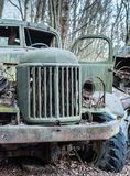 Εγκαταλειμμένες παλιές στρατιωτικές πράσινες παραμονές διαδρομής στο δάσος στη ζώνη αποκλεισμού του Τσέρνομπιλ στοκ φωτογραφία