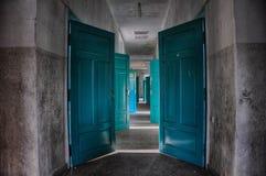 Εγκαταλειμμένες πόρτες, ζωηρόχρωμη πόρτα στην εγκαταλειμμένη οικοδόμηση, νοσοκομείο θανάτου στοκ εικόνες