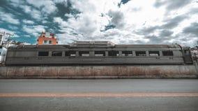 Εγκαταλειμμένη βαγόνη μπουφέ σιδηροδρόμων με το δρόμο στο μέτωπο Στοκ φωτογραφία με δικαίωμα ελεύθερης χρήσης