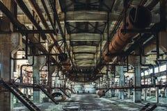 Εγκαταλειμμένη βιομηχανική εργαστήριο ή αίθουσα της παραγωγής για το βαρύ εργοστάσιο βιομηχανίας Τεράστιοι σωλήνες χάλυβα μέσα στ Στοκ Εικόνες