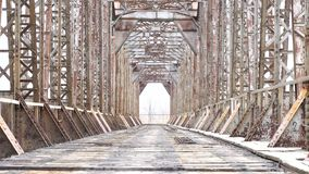 Εγκαταλειμμένη γέφυρα σιδηροδρόμων Παλαιά κατασκευή κανένας άνθρωπος κανένας απόθεμα βίντεο