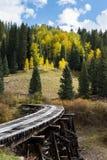 Εγκαταλειμμένη γέφυρα τρίποδων - δύσκολα βουνά του Κολοράντο το φθινόπωρο Στοκ φωτογραφία με δικαίωμα ελεύθερης χρήσης