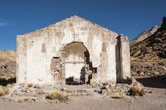 Εγκαταλειμμένη και αποσυντιθειμένος εκκλησία στο χωριό φαντασμάτων του San Antonio de Lipez στο βήμα του ηφαιστείου του San Anton Στοκ εικόνες με δικαίωμα ελεύθερης χρήσης