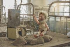 Εγκαταλειμμένη κούκλα στον παιδικό σταθμό Στοκ φωτογραφία με δικαίωμα ελεύθερης χρήσης