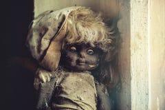 Εγκαταλειμμένη κούκλα στον παιδικό σταθμό Στοκ Εικόνα