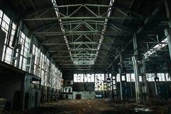 Εγκαταλειμμένη μεγάλη βιομηχανική αίθουσα ή αποθήκη εμπορευμάτων με τα απορρίματα, manufactory εργοστάσιο Στοκ Εικόνα