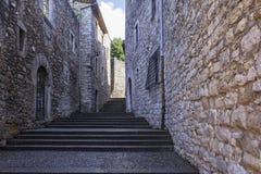 Εγκαταλειμμένη οδός της παλαιάς πόλης μια ηλιόλουστη ημέρα Girona, Ισπανία Στοκ φωτογραφία με δικαίωμα ελεύθερης χρήσης