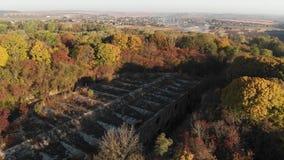 Εγκαταλειμμένη οχύρωση που περιβάλλεται από το δάσος στην Ουκρανία απόθεμα βίντεο