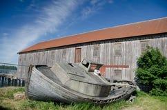 Εγκαταλειμμένη παλαιά ξύλινη βάρκα κοντά στο σημείο γλωσσών Στοκ Φωτογραφίες