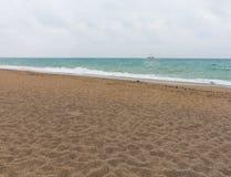 Εγκαταλειμμένη παραλία με τα ίχνη στην άμμο στοκ φωτογραφία