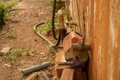 Εγκαταλειμμένη σκουριασμένη γεννήτρια τουρμπίνας νερού - Moldy ξεφλουδισμένο σκυρόδεμα στοκ φωτογραφία με δικαίωμα ελεύθερης χρήσης
