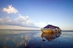 Εγκαταλειμμένη σπασμένη βάρκα Στοκ εικόνες με δικαίωμα ελεύθερης χρήσης