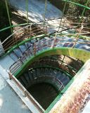 Εγκαταλειμμένη στοά σκαλοπατιών οικοδόμησης στοκ εικόνα