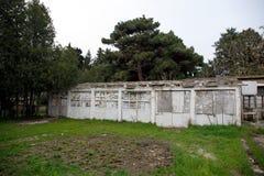 Εγκαταλειμμένη του χωριού οικοδόμηση στο βοτανικό κήπο του Μπακού Κανένας στο πάρκο με τα δέντρα Άνοιξη Στοκ φωτογραφία με δικαίωμα ελεύθερης χρήσης