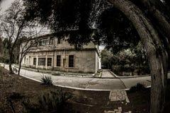 Εγκαταλειμμένη του χωριού οικοδόμηση στο βοτανικό κήπο του Μπακού Κανένας στο πάρκο με τα δέντρα Άνοιξη Στοκ εικόνες με δικαίωμα ελεύθερης χρήσης