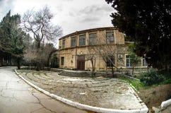 Εγκαταλειμμένη του χωριού οικοδόμηση στο βοτανικό κήπο του Μπακού Κανένας στο πάρκο με τα δέντρα Άνοιξη Στοκ Φωτογραφίες