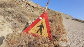 Εγκαταλειμμένος απαγορεύοντας τα σημάδια σε παλαιό κλειστό και επικίνδυνος για το δρόμο κυκλοφορίας φιλμ μικρού μήκους