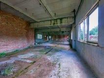 Εγκαταλειμμένος βιομηχανικός σύνθετος με τα παράθυρα χωρίς παράθυρα Στοκ Εικόνες