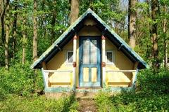 εγκαταλειμμένος δασικός μικρός ξύλινος σπιτιών Στοκ εικόνα με δικαίωμα ελεύθερης χρήσης