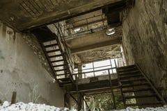 Εγκαταλειμμένος καταστρεμμένος από την έκρηξη, που βομβαρδίζει και που ξεφλουδίζει το κτήριο Τρύπες από τα κοχύλια, τα ίχνη σφαιρ στοκ φωτογραφία