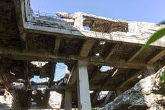 Εγκαταλειμμένος καταστρεμμένος από την έκρηξη, που βομβαρδίζει και που ξεφλουδίζει το κτήριο Τρύπες από τα κοχύλια, τα ίχνη σφαιρ στοκ φωτογραφίες με δικαίωμα ελεύθερης χρήσης