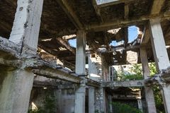 Εγκαταλειμμένος καταστρεμμένος από την έκρηξη, που βομβαρδίζει και που ξεφλουδίζει το κτήριο Τρύπες από τα κοχύλια, τα ίχνη σφαιρ στοκ εικόνα με δικαίωμα ελεύθερης χρήσης