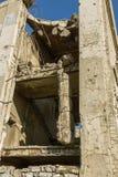 Εγκαταλειμμένος καταστρεμμένος από την έκρηξη, που βομβαρδίζει και που ξεφλουδίζει το κτήριο Τρύπες από τα κοχύλια, τα ίχνη σφαιρ στοκ φωτογραφίες