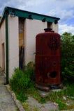 Εγκαταλειμμένος σκουριασμένος κόκκινος φούρνος σιδήρου Στοκ Φωτογραφία