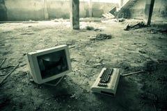 Εγκαταλειμμένος σπασμένος υπολογιστής σε ένα εργοστάσιο Στοκ Εικόνες