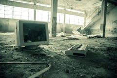 Εγκαταλειμμένος σπασμένος υπολογιστής σε ένα εργοστάσιο Στοκ εικόνα με δικαίωμα ελεύθερης χρήσης