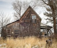 Εγκαταλειμμένο αγροτικό σπίτι με τη χλόη και μια καταπάτηση s αριθ. Στοκ Φωτογραφίες