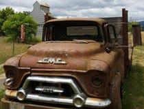Εγκαταλειμμένο αγροτικό φορτηγό ενάντια στη σιταποθήκη στοκ φωτογραφίες με δικαίωμα ελεύθερης χρήσης