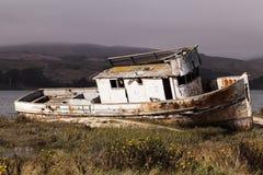Εγκαταλειμμένο αλιευτικό σκάφος στην ακτή του σημείου Reyes κόλπων Στοκ εικόνα με δικαίωμα ελεύθερης χρήσης