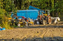 Εγκαταλειμμένο αυτοκίνητο και τρακτέρ και άλλος γεωργικός εξοπλισμός στον τομέα Στοκ φωτογραφία με δικαίωμα ελεύθερης χρήσης