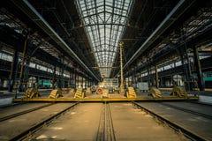 Εγκαταλειμμένο βιομηχανικό εσωτερικό με το φωτεινό φως Στοκ Φωτογραφία