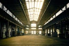Εγκαταλειμμένο βιομηχανικό εσωτερικό με το φωτεινό φως Στοκ φωτογραφίες με δικαίωμα ελεύθερης χρήσης