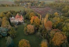 Εγκαταλειμμένο κάστρο στην επαρχία κατά τη διάρκεια του φθινοπώρου στοκ φωτογραφίες