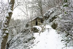 εγκαταλειμμένο καλυμμένο χωριό χιονιού σπιτιών ιταλικό τοποθετημένο Στοκ φωτογραφία με δικαίωμα ελεύθερης χρήσης