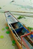 Εγκαταλειμμένο κανό που επιπλέει στον ποταμό στοκ φωτογραφία με δικαίωμα ελεύθερης χρήσης