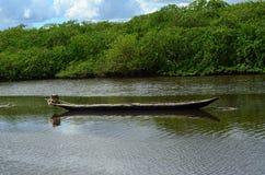 Εγκαταλειμμένο κανό στο Αμαζόνιο στοκ φωτογραφία