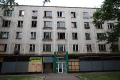Εγκαταλειμμένο κατοικημένο κτήριο πέντε ιστορίας που προετοιμάζεται για την κατεδάφιση στοκ εικόνες