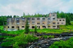 Εγκαταλειμμένο κτήριο εργοστασίων στον τόνο σεπιών Σύμβολο για τις οικονομικές υφέσεις Στοκ φωτογραφία με δικαίωμα ελεύθερης χρήσης