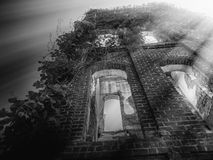 Εγκαταλειμμένο κτήριο με τις ήλιος-ακτίνες στοκ φωτογραφία